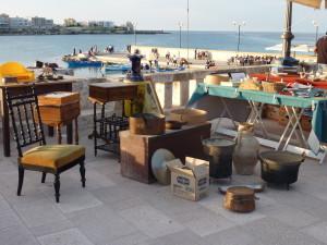 Otranto - lungomare s bleším trhem